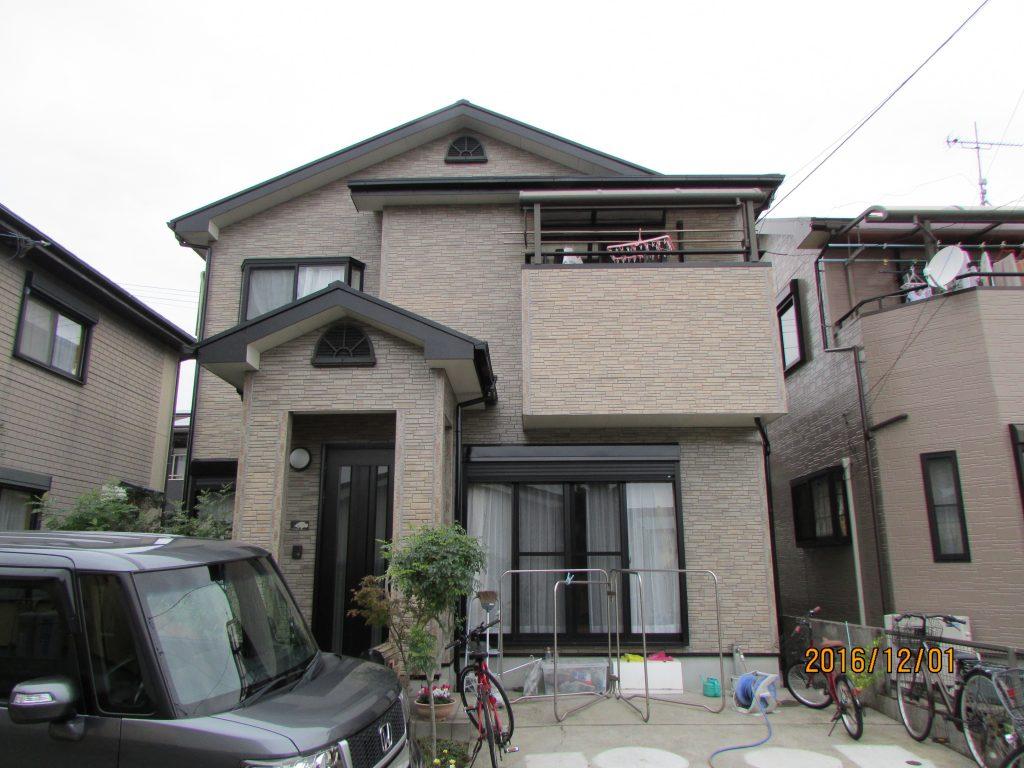H様邸外壁クリヤー塗装及び屋根塗装施工後写真。外壁はタイルの模様を活かしたクリヤー塗装を施し、以前の色あせした外壁から僅かに模様が戻りました。屋根も依然と同じく黒色で仕上げました。