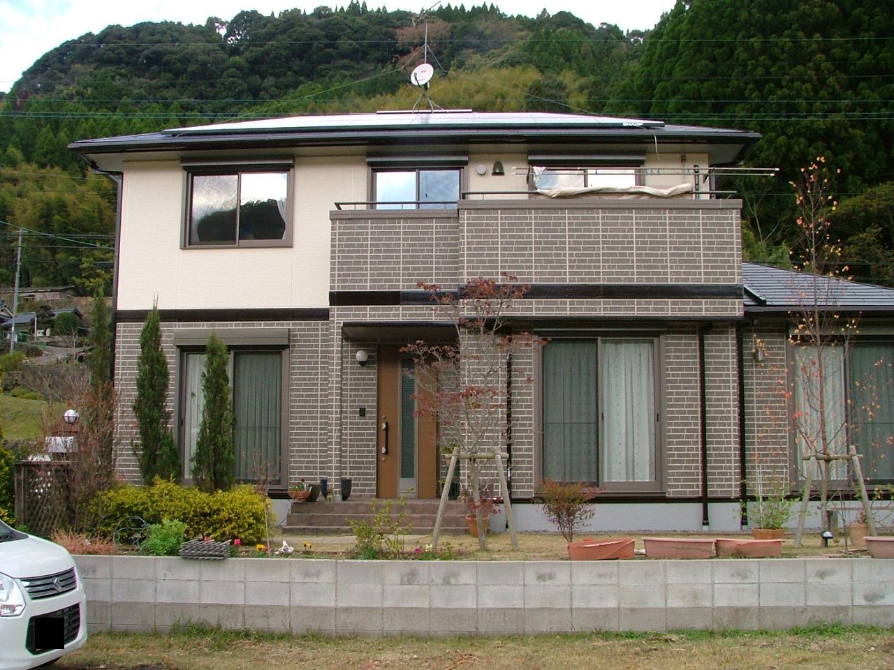 S様邸外壁屋根塗装工事施工後写真。タイル模様になっていた1階壁とベランダ壁は目地取り工法でタイルの質感そのままに施工しました。