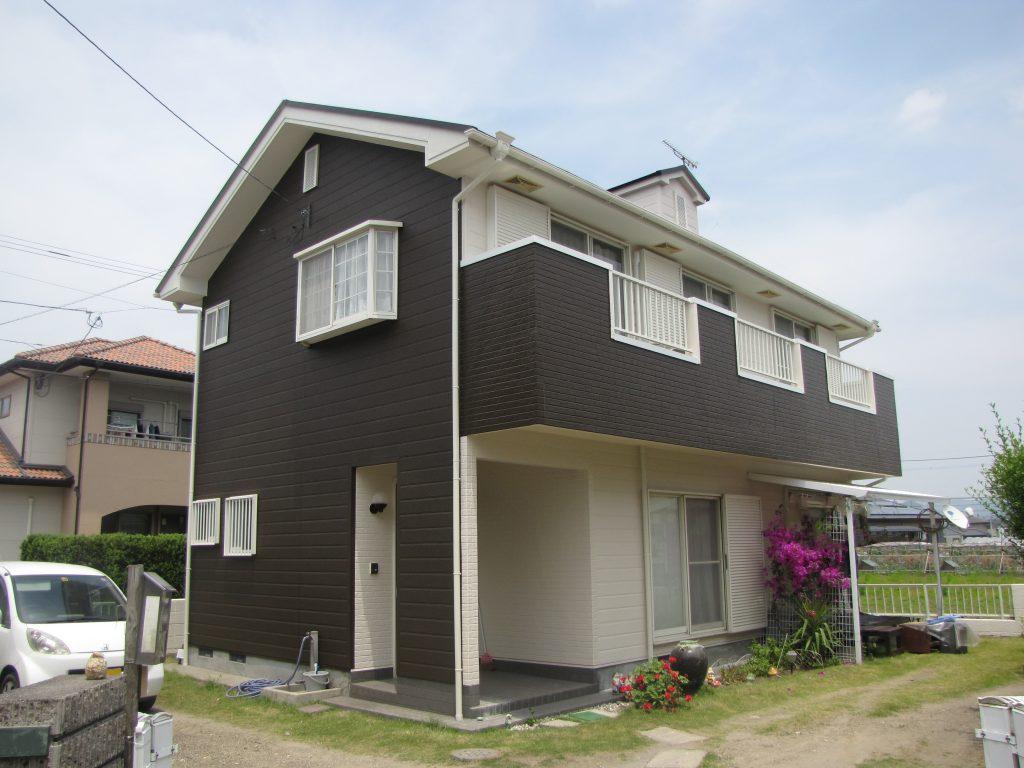 K様邸の外壁屋根塗装工事施工後写真。白を基調とした外壁に、アクセントとして道路側の壁とベランダを黒で塗装しました。