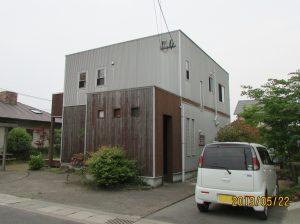 F様邸外壁屋根塗装工事前写真。1階玄関部の木目模様が色あせている様子。