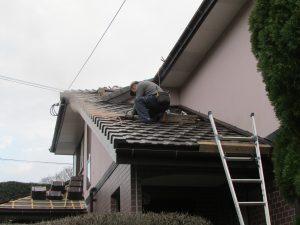 瓦葺き替え工事施工中写真。瓦を載せた箇所から葺いていく様子。