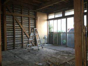 リビング施工中。壁解体・畳撤去後の様子