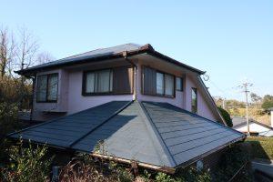 瓦葺き替え工事施工前。コロニアル屋根材が葺いてあります。
