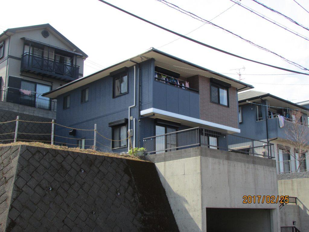 O様邸外壁屋根塗装工事施工後写真。1階・2階とも落ち着いた紺系の色で塗装し、正面の1、2階間にある幕板をメタリック塗料を使用しアクセントとしました。